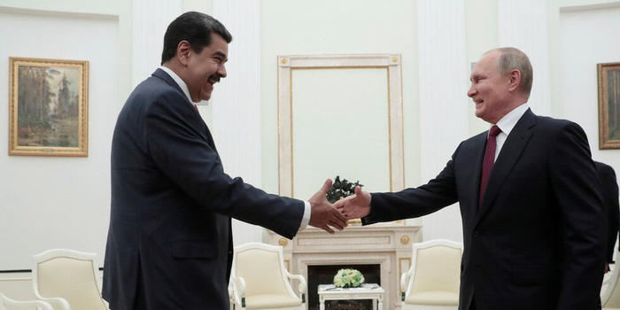 俄委总统会晤:马杜罗赠普京军刀 普京回赠硬币