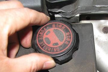汽车上的转向油是干什么用的?小轿车可以使用大卡车的转向油吗?