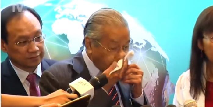 马哈蒂尔记者会上突然流鼻血 发言人证实并无大碍
