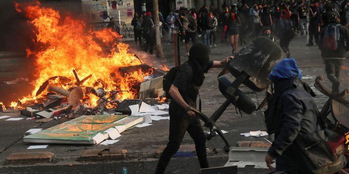 智利首都骚乱持续:示威者抢烧大学校园