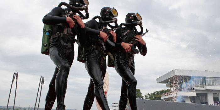 俄军在克里米亚进行反蛙人军演 出动战斗潜水员
