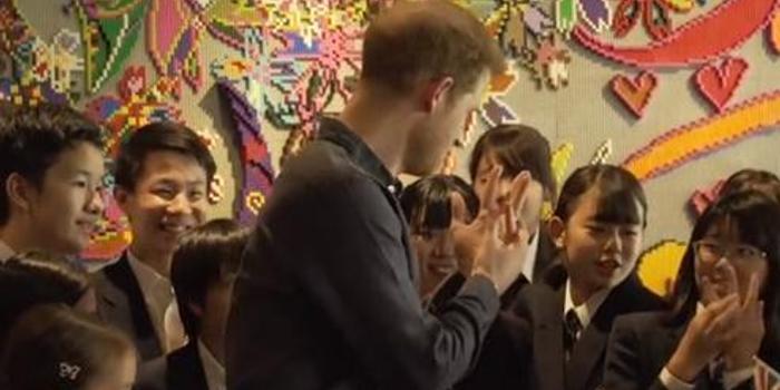 """日本女學生夸""""帥氣"""" 英國哈里王子連忙秀婚戒"""
