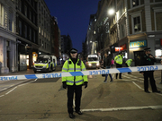 英国伦敦桥恐袭:路人制止扭打一团 警方击毙嫌犯