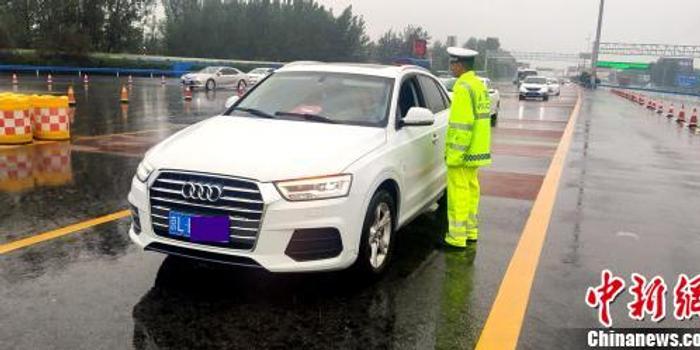 """河南启动高速公路雨天""""降速行动"""" 确保顺利返程"""