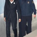 憔悴!78岁李明博被狱警扶进法院 低头无精打采
