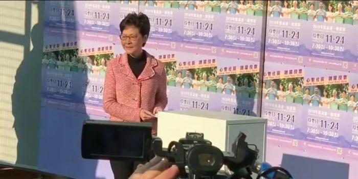 香港区议会选举现场:投票站现长队 现场秩序良好