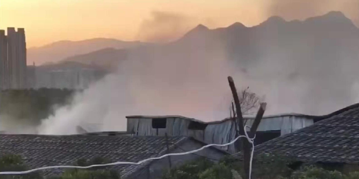 福州一毛毯厂突发火灾 现场浓烟滚滚