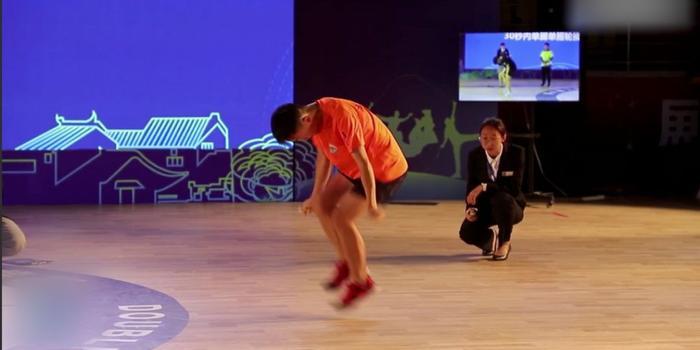 中国少年跳绳30秒228次再破纪录 网友:绳子在哪里