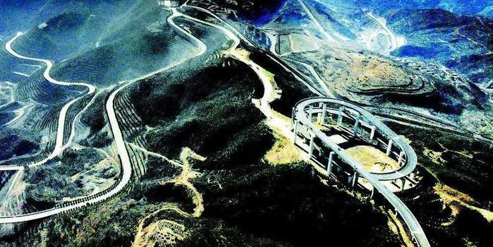 太原天龙山公路30公里落差350米,建有三层环形高架桥
