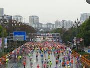 3万人齐跑成都双遗马拉松 罗川夺女子组冠军