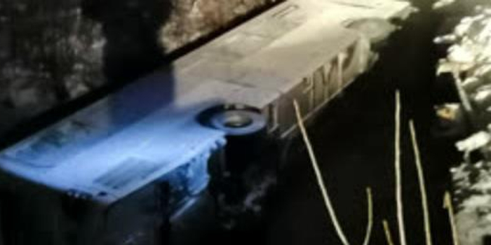 俄罗斯一辆大巴坠桥 7人死亡