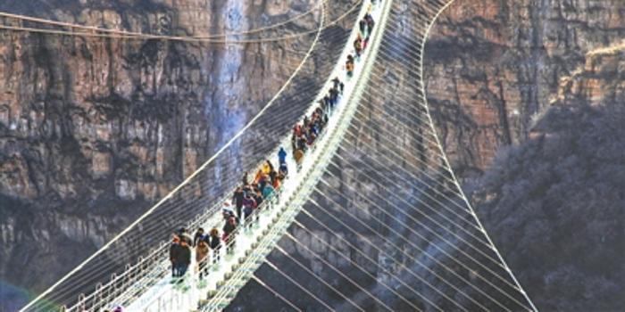 当日,位于河北省平山县红崖谷景区的悬跨式玻璃桥正式开放.