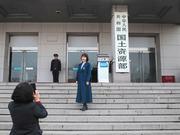 国务院正部级机构拟减8个 民众到机构门牌前拍照留影