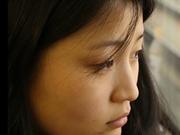 留守女孩第一次与妈妈过年:见面紧张不停揉火车票