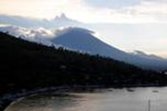 巴厘岛火山快要喷发?1天震动500次 近6万人已撤离