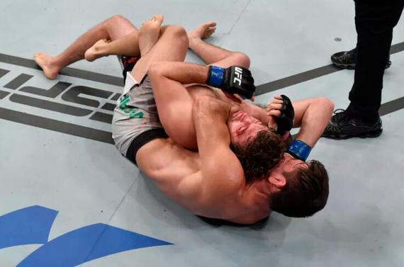 UFC格斗之夜162综述:地面缠斗对决玛雅裸绞成功逆转