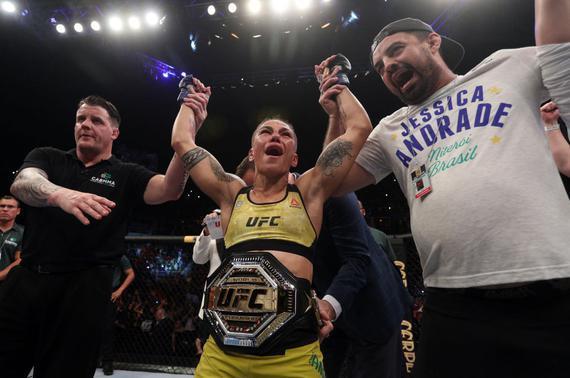 安德拉德击败娜玛尤纳斯问鼎UFC女子草量级冠军