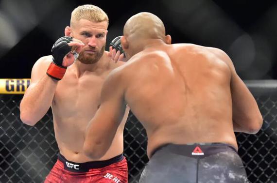 UFC格斗之夜164综述:布拉乔维奇分歧判定击败升重索萨