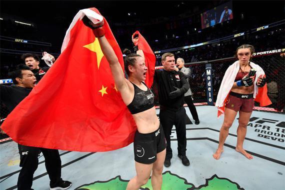 张伟丽以分歧判定战胜了乔安娜成功卫冕UFC草量级冠军头衔