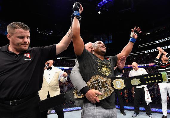 科米尔同时问鼎UFC重量级和轻重量级冠军头衔