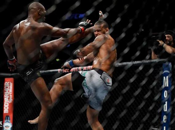 琼斯以分歧判定击败桑托斯成功卫冕轻重量级冠军头衔