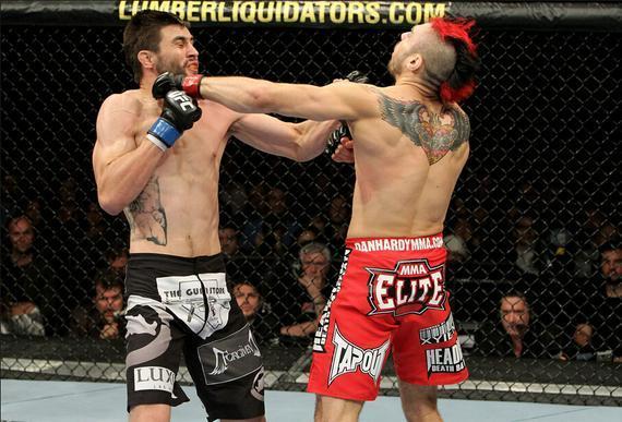 康迪特与哈迪的重拳同时命中了对方