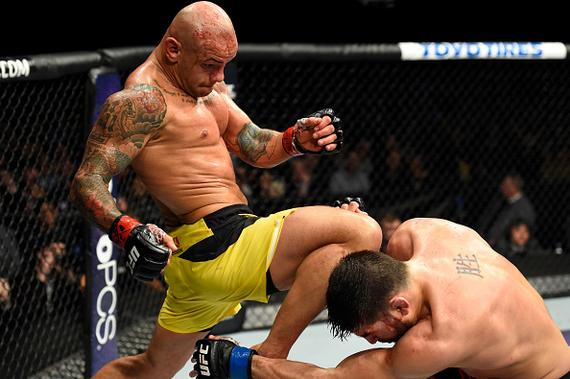 埃尔维斯在UFC210中飞膝命中帕特里克头部
