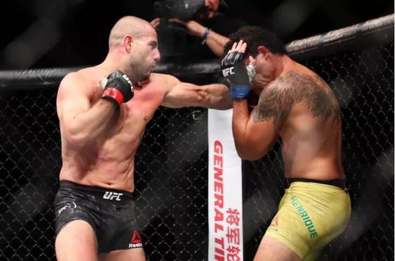 格克翰-萨基在UFC日本赛中KO席尔瓦的一幕