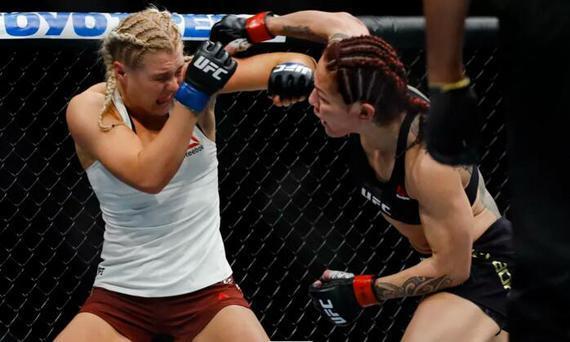 """""""机械兽""""贾斯蒂诺在首回合TKO终结击败了亚娜"""
