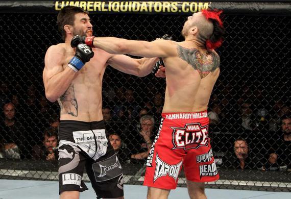 丹-哈迪(右)在UFC120中与康迪特同时命中对方