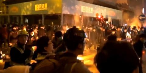 现场:香港旺角数百名暴徒袭警焚烧物品