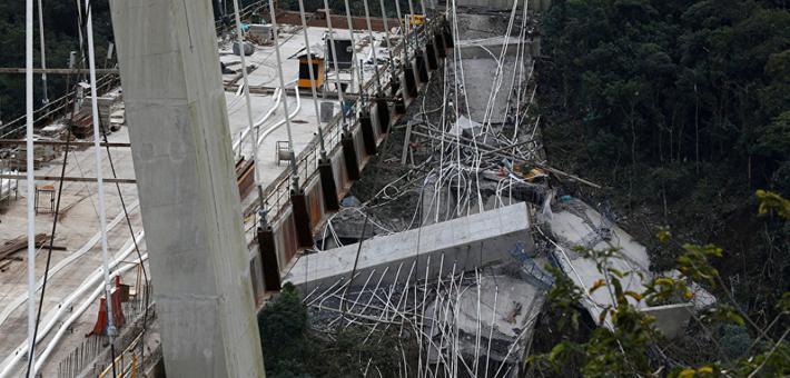 哥伦比亚桥梁垮塌 半个桥体掉落