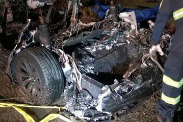 出警报告还原特斯拉德州撞车事故更多细节,消防官员纠正电池起火说