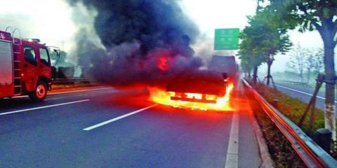 锡城一挂车轮胎起火