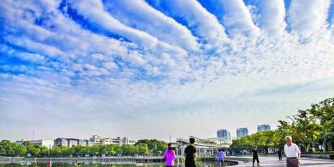 锡城上空现奇异云朵