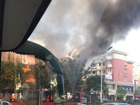 杭州一店铺今早突发爆炸