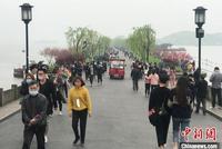 杭州公共場所取消測溫+亮碼 西湖邊游客摘口罩露笑顏
