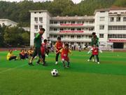 零基础vs职业球员 瑶山孩子的足球梦实现了