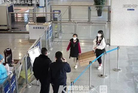 姑娘真美 金華兩位姑娘在永康南站留下一箱口罩就跑