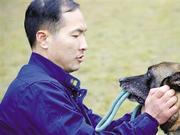 为带搜救犬回家过春节 杭州消防员带大箱行李的行李