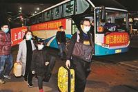 全國首趟接返在鄂員工大巴抵達紹興(圖)