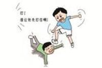 舟山一家长怀疑儿子被打 冲进教室将老师踢翻在地