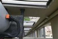 宁波一小区设备位置尴尬 想用热水先要爬窗