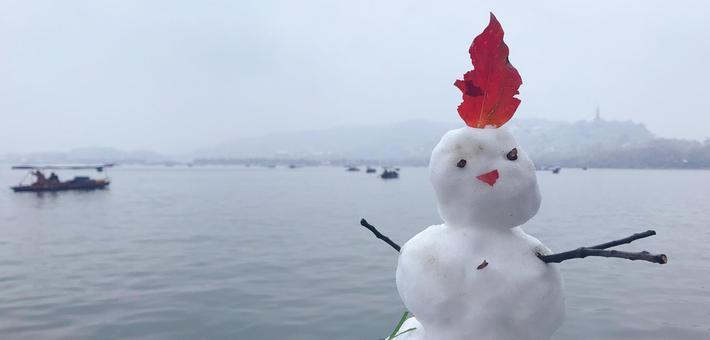 初雪后西湖边出现萌萌哒的小怪兽