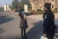 圍觀 浙江諸暨市人民醫院里有人向民警求抱抱