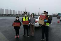 """""""你們辛苦了"""" 熱心市民給杭州一線工作者送暖心湯圓"""