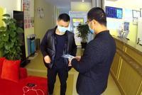 1湖北小伙在浙江被刑滿釋放 因疫情民警幫安排工作