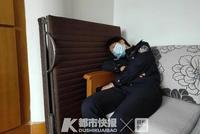 面對伸開雙臂的6歲女兒 杭州警花媽媽每次都要躲開