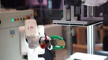 中国移动5G机械臂展示
