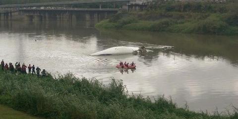 台湾复兴航空飞机坠河-手机新浪网